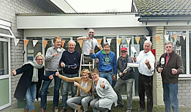 Carola Koldenhof en Rosita Meyer van Buurthuis Maasstraat (midden) en Marloes Pen van Stichting Present (links) en de heren van de Lionsclub op 10 maart aan de slag voor stichting NLdoet, de grootste vrijwilligersactie van Nederland.