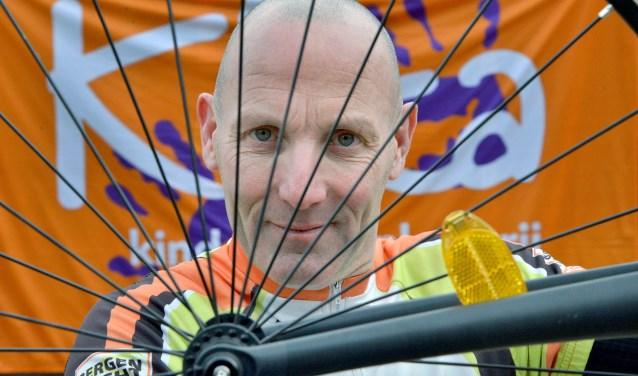 Gijs van Kempen staat op 21 april in Waalwijk met zijn kickbike aan de meet voor Het Monster van Brabant. Een 230 kilometer lange steptocht. Zijn opbrengst is voor KiKa (Foto: Paul van den Dungen)