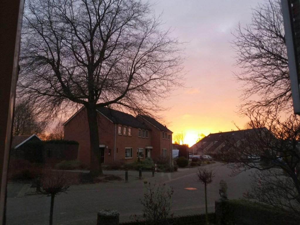 Ondergaande zon in de wijk De Stouwe in Wierden. Foto: Lenie Bekhuis.  Foto: Lenie Bekhuis © Persgroep