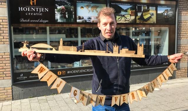 Hoentjen voor zijn winkelpand in Hengelo