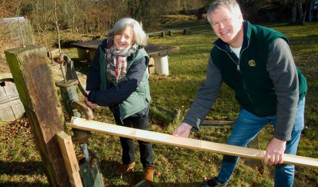 Karen Groeneveld en Gerard Doornbos bij de pomp waar zaterdag de waterverdeler wordt aangelegd. (Foto: Gert Perdon)