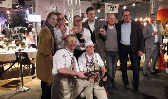 Het winnende team van de Zoomvliet Hotelschool uit Bergen op Zoom dat in Goes met maar liefst 4 van de 6 hoofdprijzen aan de haal ging.