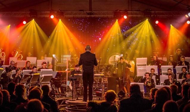 De 41 blazers en zevenkoppige ritmesectie van het orkest van de Koninklijke Luchtmacht spelen op zaterdag 7 april de nieuwe show Missions op het Raadhuisplein in Zevenaar. (foto: Denkweb/Daan Witjes