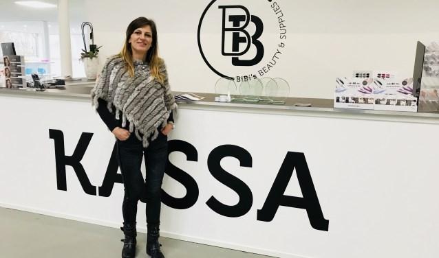 Bargje Boudens bij de kassa van haar eigen BiBi's Beauty and Supplies. Bedrijven op zoek naar nagelproducten en mensen die opgeleid willen worden tot nagelstyliste kunnen terecht in het grote pand aan de Gastelseweg. Bargje viel afgelopen maand in de prijzen voor haar populaire product LoveNess.