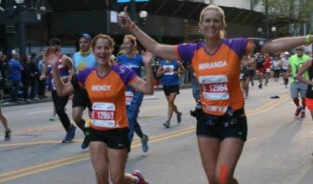 Wendy Beekman en Miranda Rosades liepen vorig jaar nog voor KiKa in Chicago. Komend jaar staat, naast de vele plaatselijke acties, de marathon van Berlijn op het programma.