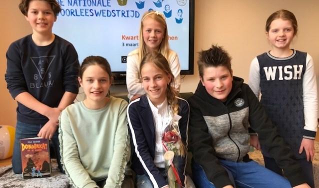 De finalisten van het Wijchens kampioenschap voorlezen. Winnares Pien (met roos) wordt geflankeerd door Dries Kocken, Ellen  Poos, Merel van Haren, Sophie Smits en Leon Bardoel.