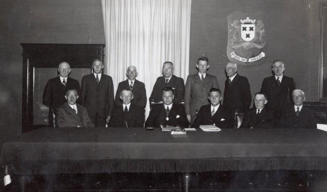 U ziet op deze foto 13 mannen, de burgemeester, de gemeentesecretaris en 11 raadsleden, allen mannen (!) De foto is gemaakt in de toenmalige raadzaal (nu kapper Pons).