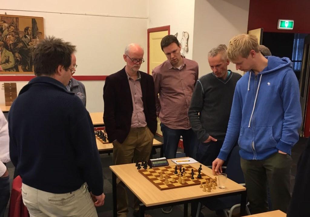 Martijn Pauw (blauwe trui) laat zien hoe Benno van der Veen het beter had kunnen doen.  © Persgroep