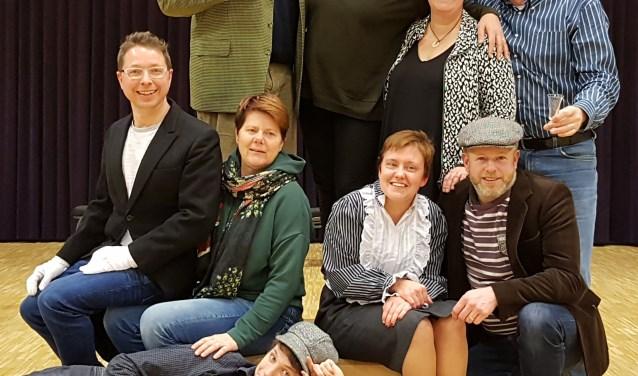 De cast van 'Een beeld van een man' heeft er veel zin in! FOTO: Theater 't Ros.