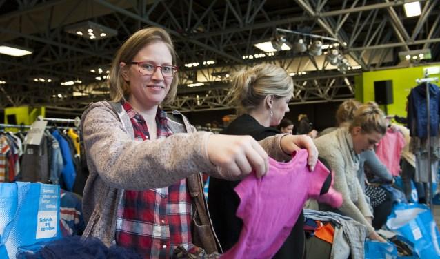Grote drukte tijdens de kleding- en speelgoedbeurs in Bemmel. Er kwamen honderden mensen op af. Kleding werd bekeken, gekeurd en vaak gekocht. De organisatie was als een geoliede machine. (foto: Ellen Koelewijn)