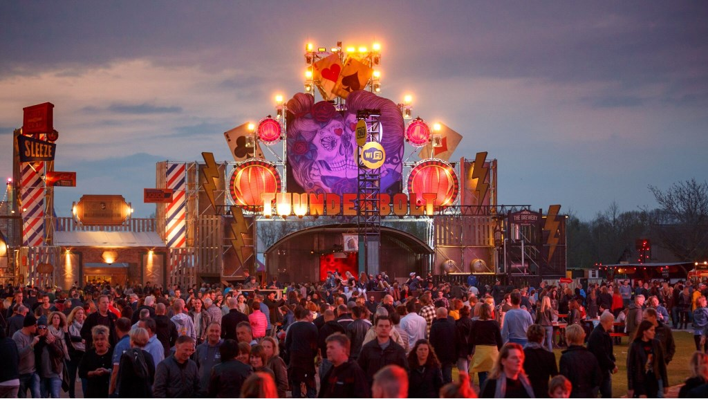 Paaspop heeft veel meer te bieden dan muziek alleen. Het is een totaalbeleving waarin je als bezoeker wordt ondergedompeld zodra je het festivalterrein betreedt. Paaspop wordt gehouden op festivalterrein De Molenheide in Schijndel.