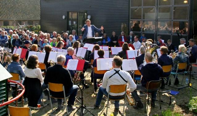 De enthousiaste leden van muziekvereniging Lisiduna spelen bij verschillende evenementen voor het publiek. (Foto: Lisiduna)