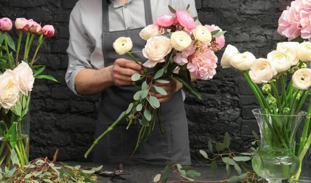De Esdoorn, onderdeel van Zonnehuisgroep IJssel-Vecht, zoekt een begeleider voor tijdens het bloemschikken met dementerende ouderen.