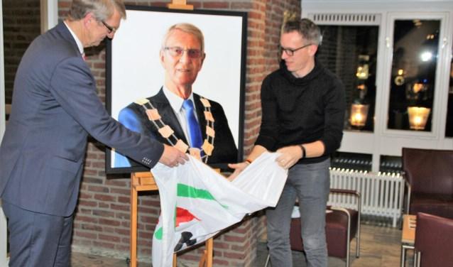 Dick van Hemmen onthult met Henk Jan Sanderman het portret. Foto Dick Baas