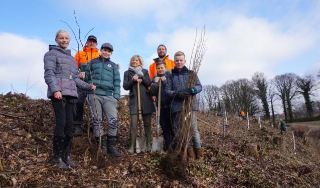 Mirthe, Oliver, juf Mirjam Menkehors, Xander en Tim van OBS Kotten helpen de vrijwilligers van de Van der Lugt stichting met nieuwe aanplant langs de Bemersbeek. Klasgenoot Bas was er helaas niet bij.