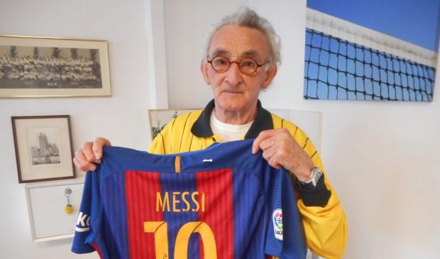 """Joop Hartman met het door stervoetballer Leo Messi gesigneerde Barcelona-shirt. """"Dat wordt ingelijst en krijgt thuis een ereplek"""". (Foto Don Fredo)"""