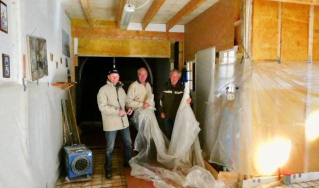Pieter van der Veen, Fokke Bakker en Jan Dakhorst aan het werk in het informatiecentrum van Molen de Hoop in Hellendoorn.
