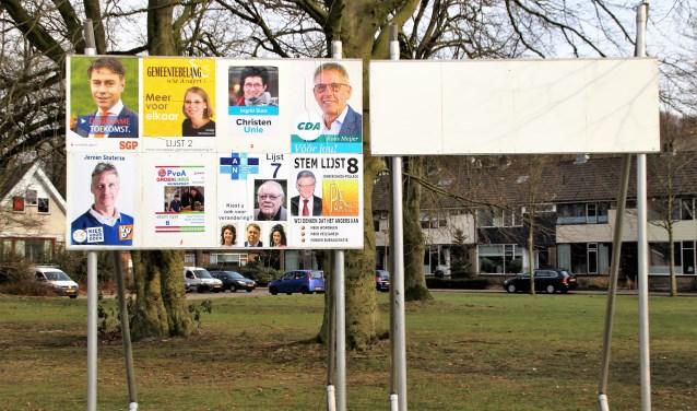 Op 21 maart zijn er verkiezingen voor de gemeenteraad en wordt een referendum gehouden. De borden voor de gemeenteraad zijn vol. De borden voor het referendum zijn leeg. Foto Dick Baas