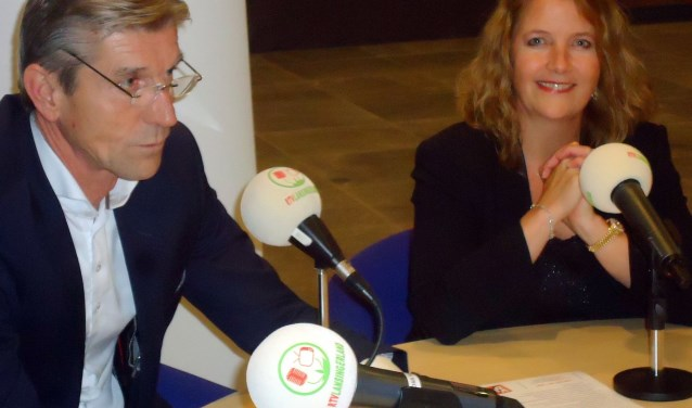 Simon Fortuyn (Leefbaar 3B) en Kathy Arends (VVD) naast elkaar in de verkiezingscampagne tijdens het radiodebat in het gemeentehuis.