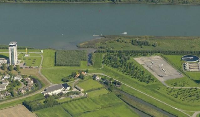 Luchtfoto van de NAM-locatie aan de Papendijk. Het betonnen oppervlak is de locatie waar de proefboring wordt gedaan. Volgens de NAM is de kans op een aardbeving zeer gering. (Foto: PR)