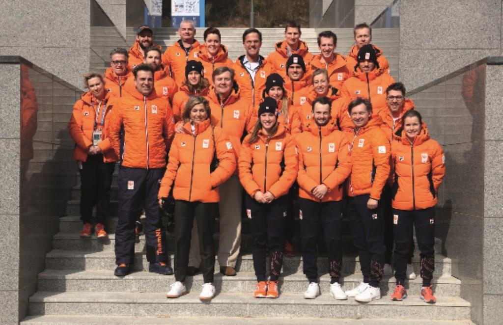 Staatsieportret van de Nederlandse shorttrackploeg op de Olympische winterspelen. Menno Schaafstra is de derde van rechts op de achterste rij. Naast hem premier Mark Rutte en daarvoor koning Willem-Alexander.