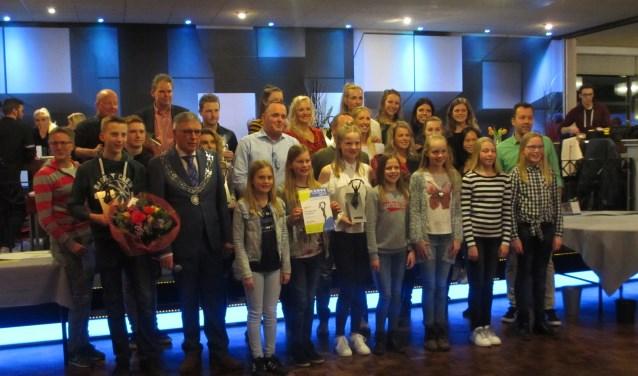 Verschillende sporters zijn in het zonnetje gezet door burgemeester Robben. Foto: Jenny ter Harmsel.