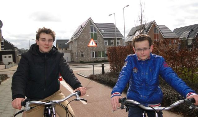 Jakko Rijfers (links) en Daniel Waaijenberg maken dagelijks gebruik van het fietspad in Veller. (Foto: Persbureau Polhuys)