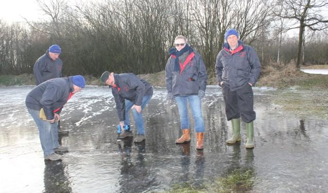 Vorige week donderdag controleerden de bestuursleden de dikte van het ijs. Het ijs was nog iets te dun. (Foto: Arjen Dieperink)