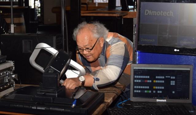 Frank Provoost is een van de medewerkers van Aavisie die heel druk bezig geweest om de eerste live uitzending te realiseren