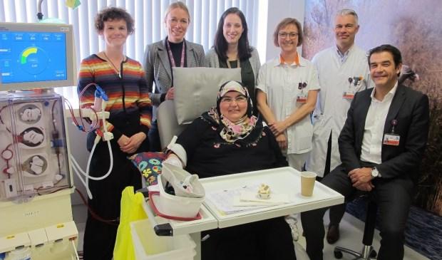 V.l.n.r. Miranda Frijters (dialyseverpleegkundige), Lonneke Kort (manager centrum nierfalen), Annemiek Gottschalk (afdelingshoofd dialyse), Anja Akkerman (dialyseverpleegkundige), Mario Korte (internist-nefroloog), Peter van der Meer (voorzitter Raad van Bestuur). Vooraan zit mevrouw Tekin.