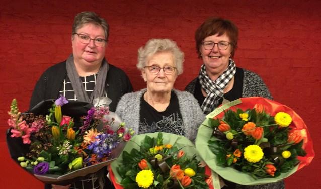 Jubilaris Mieke Spoor, scheidend vrijwilligster Joke Temmink en Gerda Olthof, hoofd van de activiteitencommissie (vlnr).