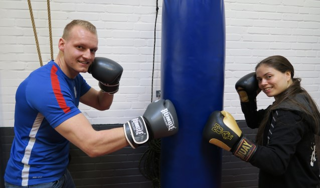 Luuk Fugers, vierdejaars student Sportkunde aan Windesheim, vertelt samen met Jody Kolic van Kolic Gym, over de pilot 'Boksen tegen Parkinson'. (Foto: Marian Vreugdenhil)