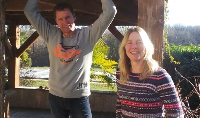 Guus en Sandra van Lierop onder de veranda van het vakantiehuis in Frankrijk