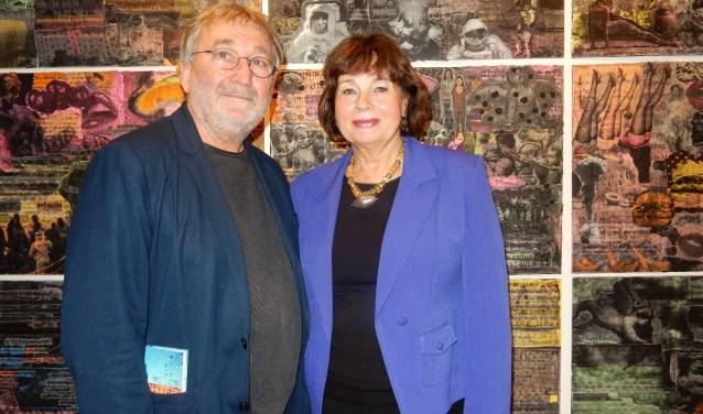 De Russische kunstenaar Vladimir Opara naast beeldhouwer Tineke Nusink uit Spijkenisse tijdens de opening van diens expositie 'Heavens' in Pulchri Studio in Den Haag. Foto: Joop van der Hor