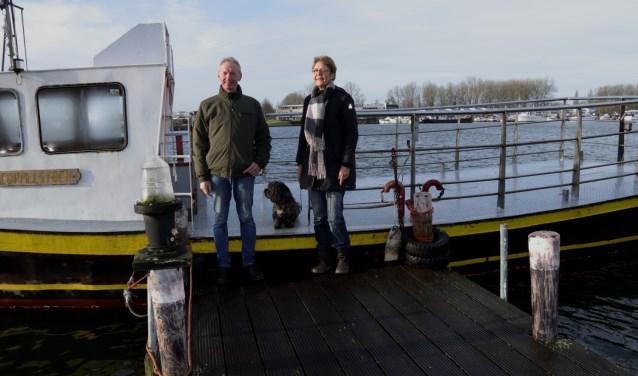 Ingrid van Willigen en Hans Slagter verheugen zich op het watersportseizoen op het Brielse Meer. Wandelaars en fietsers zetten ze graag met het Geuzenveer over. (Foto: PR)