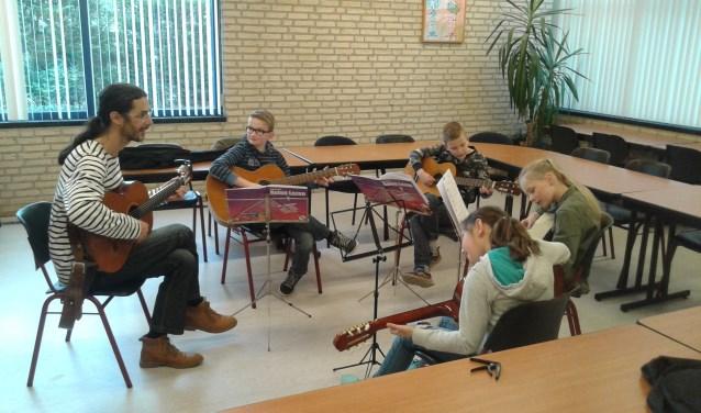 Peter de Jong tijdens een van zijn lessen. (Foto: Privé)