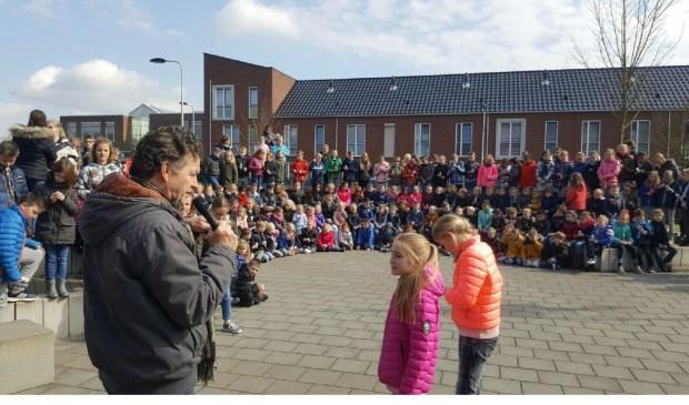 Wethouder Teus Meijdam reikte het label uit aan de jongste én de oudste leerling. Eigen foto