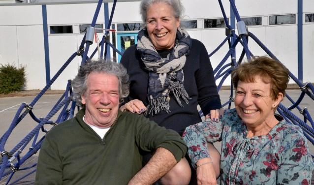 De oud-leerkrachten Harry Bode, Friedje Doop en Marianne van Rheenen van de Reüniecommissie zijn klaar voor de ontvangst van de oud-leerlingen op 13 april tijdens het 40-jarig jubileum van de Howiblo. (Foto: Paul van den Dungen)