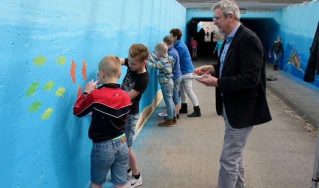 Wethouder Vincent van Uem deed actief mee met het beschilderen van de Vragendertunnel. (Foto: Evline Zuurbier)