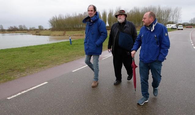 Bij de Schans in Bergen op Zoom, het oudste gedeelte van de Zuiderwaterlinie, begon de wandeling. Op het eerste stuk wandelende de Bergse wethouder Arjan van der Weegen (rechts) mee en vertelde kanondeskundige Jan Kemperman (midden) over de Linie. FOTO: PETER VAN TRIJEN