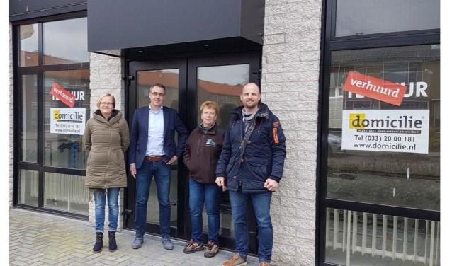 Roos-Marie van Leeuwen (gemeente), Teuno Blankesteijn (2B), Jacqueline Smits (verhuurder) en Erik Vreekamp (2B) bij de entree van het toekomstige Paashuis in de wijk Paasbos. (Foto: 2B Youth Connection)