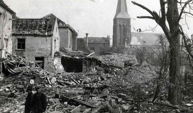 Door acht bommen en hevig mitrailleurvuur ontstond veel oorlogsschade aan de Kerkstraat. De slagerij van J.Mul werd geraakt waardoor er drie doden vielen. Ook de toenmalige sigarettenfabiek kreeg een voltreffer.  (Foto: archief Ab Hendriks).