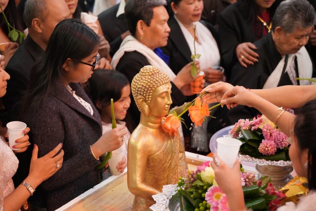 Bloemwassing van de vergulde Boeddha Foto: Alex De Vliegere © Persgroep