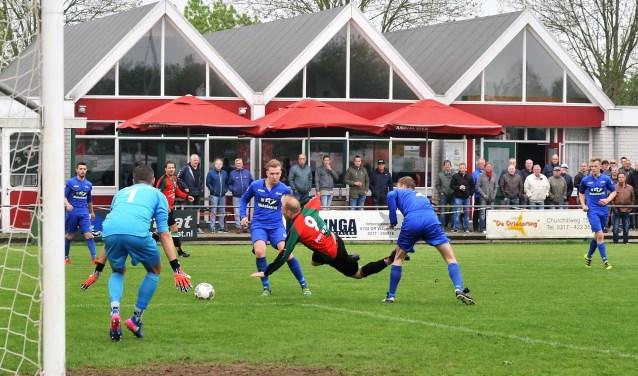 WAVV spits Mike Molenaar werd gevloerd: stip. Molenaar kreeg even later de rode kaart. (foto: gertbudding.nl)