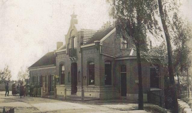 U ziet hier een heel oude foto van het gemeentehuis, zoals dat (behoudens latere verbouwingen) van 1898 tot 1951 in gebruik is geweest. Hier was veelal het stembureau voor de diverse verkiezingen gehuisvest.