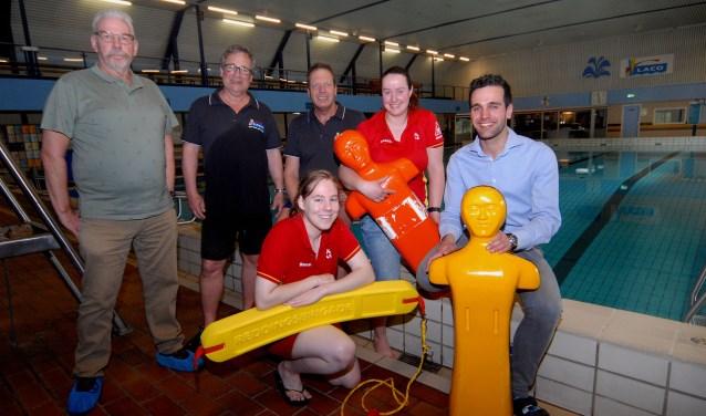 De afgelopen weken hebben honderden kinderen tijdens schoolzwemmen Zwemmend redden geoefend. (foto: Tom Oosthout)