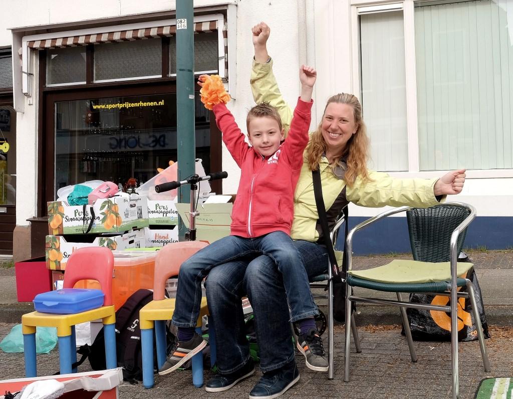 Moeder, met zoon Mees van 7 uit Rhenen, moeten nog wat stoelen kwijt.  © Persgroep