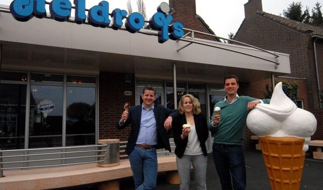 Van links naar rechts: Jan en Jolien Verbeeten en Koen Verstegen genieten van een 'eigen' ijsje van Heldro. Op 5 mei openen ze hun nieuwe vestiging in Nijmegen. (foto: Tom Oosthout)
