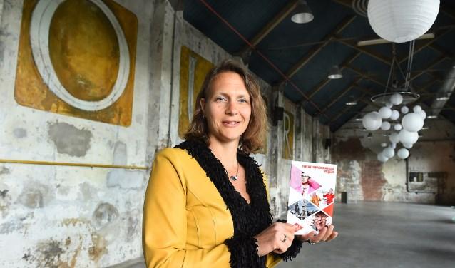 """Juliëtte Hofman, directeur van de DRU Cultuurfabriek, is enthousiast over het aankomende theaterseizoen in september. """"Het is een balans tussen de generatie jongere en oudere artiesten."""""""
