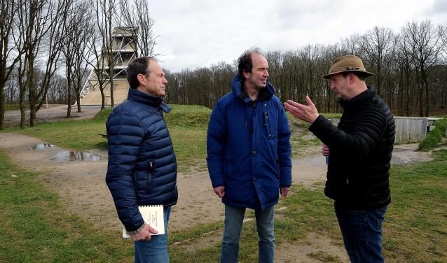 Peter Sinke (rechts) vertelt op Fort de Roovere zijn verhalen aan gedeputeerde Henri Swinkels (midden) en wethouder Jan Paantjens van Halderberge. (foto: Peter van Trijen)